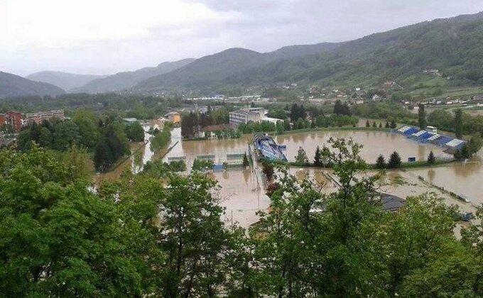 Stadion Mladosti iz Lučana totalno poplavljen (FOTO)