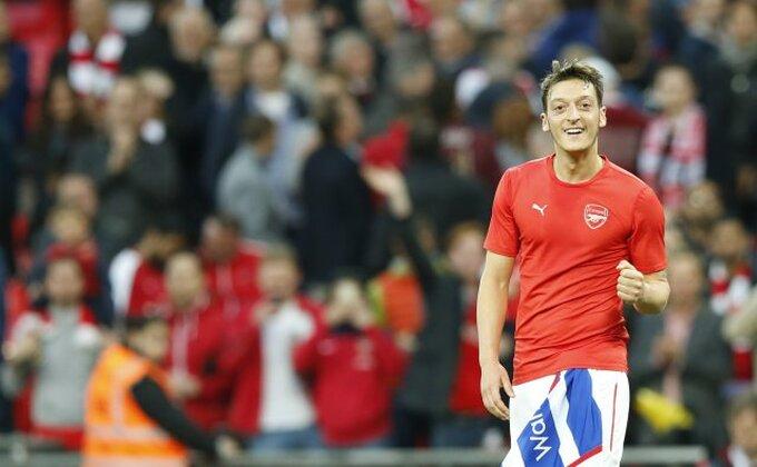 Mesut Ozil ume sve - I fudbaler i fotograf!