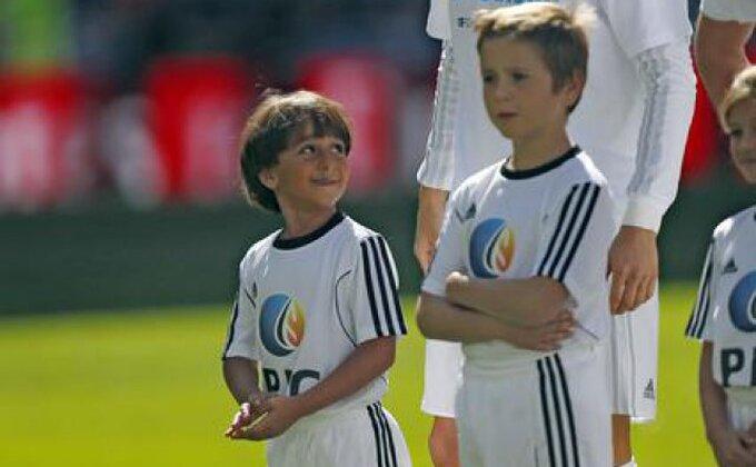 Humani Ronaldo sa sirijskim dečakom na terenu ''Bernabeua''