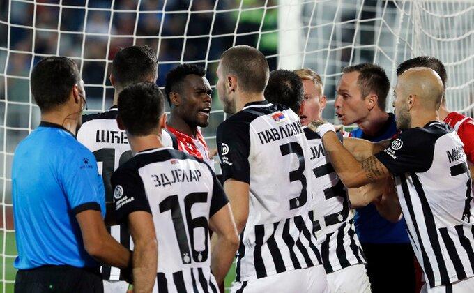 Zvezda promenila pola tima u odnosu na prethodni derbi, većina stranaca na tribinama, dve promene i u Partizanu