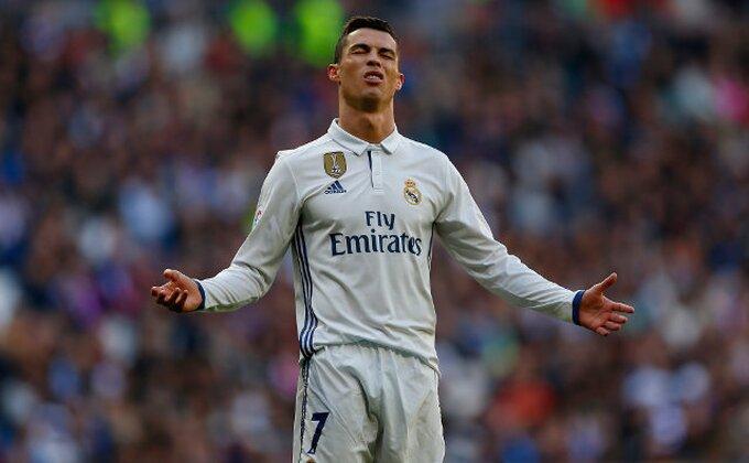 Ronaldo dva puta u sekundi pogodio okvir gola!
