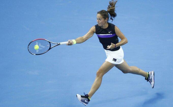 Kasatkina kasapkinja - Ma kakvo lomljenje reketa, ovo je novi način da pokažeš bes na teniskom terenu!