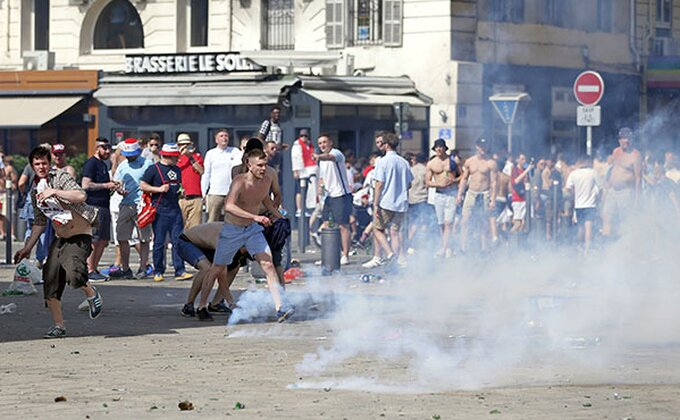 Policija suzavcem rasterivala gužvu u navijačkoj zoni