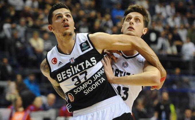 Karahodžić i dalje u bolnici, a osim saigrača iz Partizana, posetio ga i košarkaš Zvezde