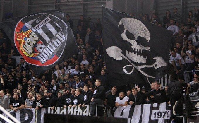 Navijači Partizana objasnili - Šta je to košarka? (TVITOVI)