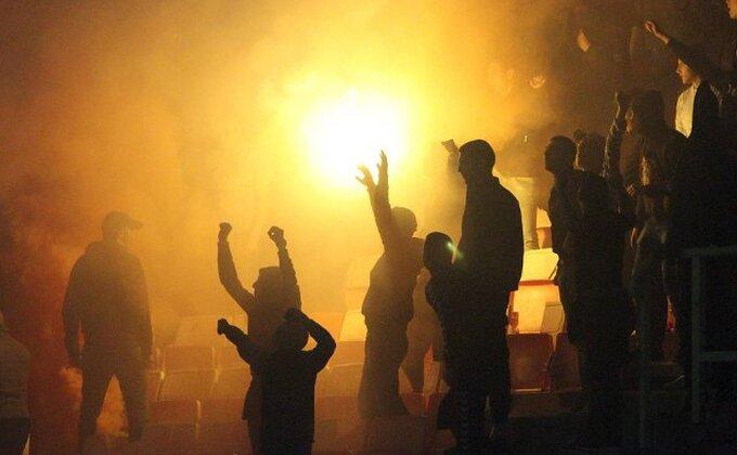 Divljali navijači Spartaka u Mariboru, sudija umalo pogođen bakljom
