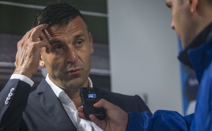 Balkane moj, trener Modrih pomodreo od bejzbol palica!