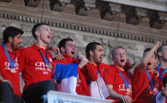 Srbijo, ponosna budi - ''Bože pravde'' se ori sa balkona!