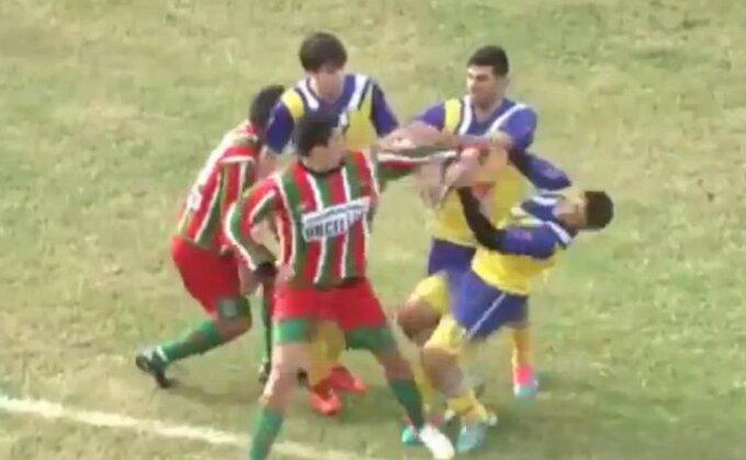 Tragedija u Argentini, fudbaler smrtno povređen tokom meča (uznemirujući snimak)