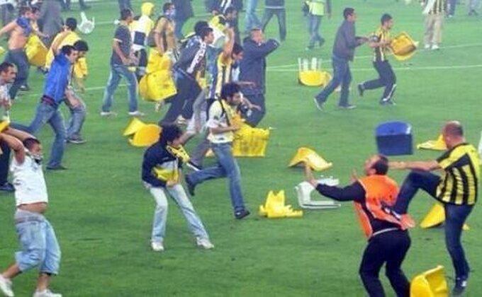 Nemile scene u Turskoj, navijači Trabzona prekinuli meč!
