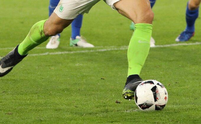Šveđanin Islamović postigao gol sa svoje polovine!