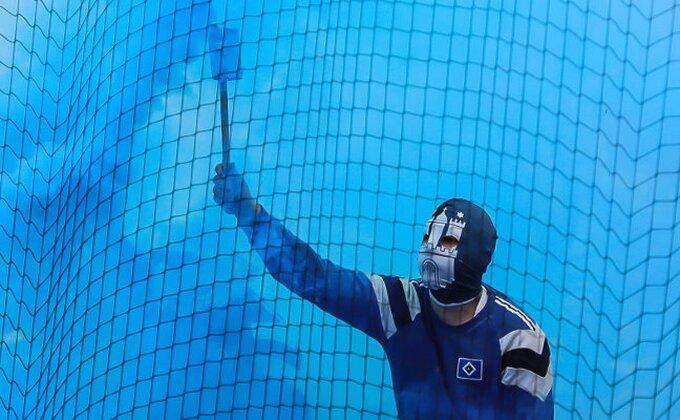 Smučiće vam se život - Ovako su ultrasi Hamburga uneli silnu pirotehniku na stadion!
