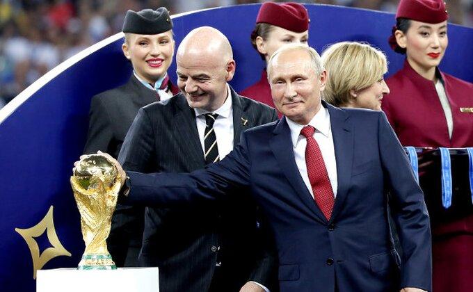 Skandal - Dodavala je Putinu medalje a onda je jednu strpala u džep!
