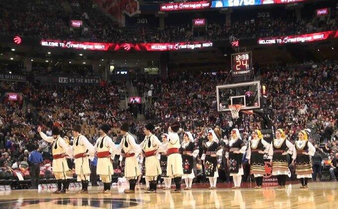 Srbovanje u Torontu - Kolo u poluvremenu NBA utakmice!