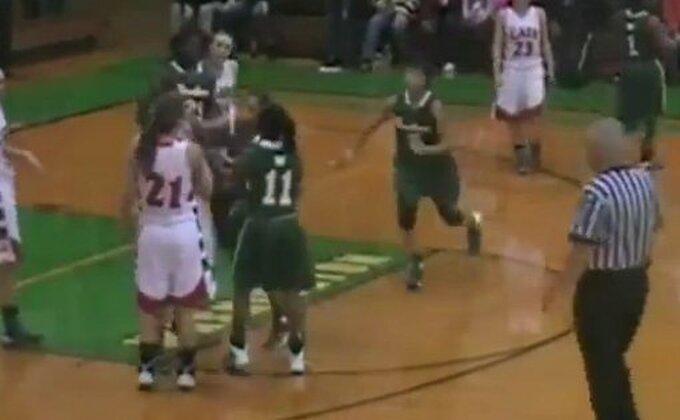 Košarkašica nokautirala protivnicu!