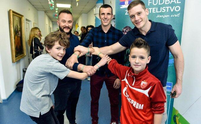 Zvezdaši obišli onkologiju u Tiršovoj na Dan fudbala i prijateljstva