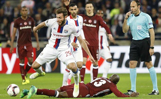 Navijači Bešiktaša divljali, fudbaleri Liona ih utišali za minut!