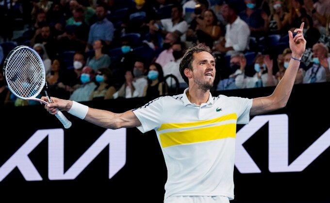 Trajaće Novak na prvom mestu, Medvedev lomio reket!