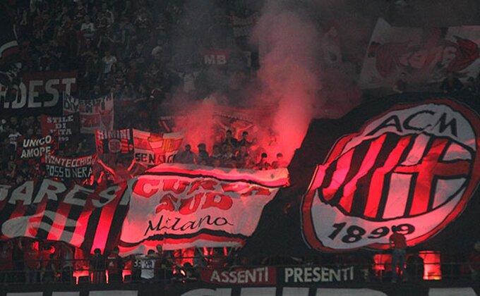 Slavlje navijača Milana, bakljada ispred stadiona za uživanje!