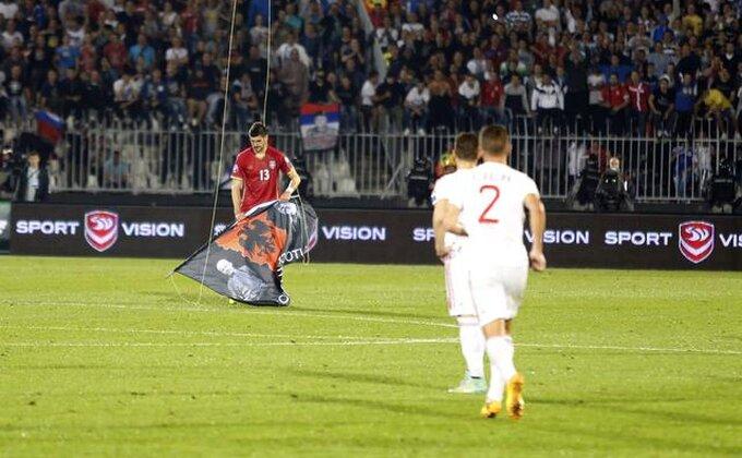 Ova zastava je izazvala haos, ovako ju je Mitrović sklonio!