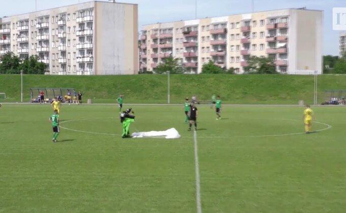 Spustio se padobranom na utakmicu i dobio žuti karton