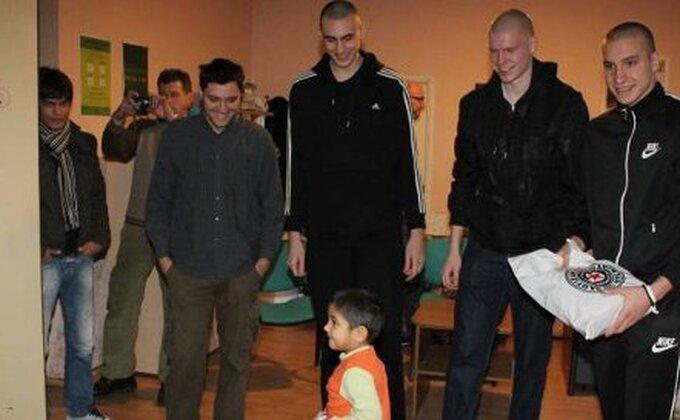 I košarkaši Partizana obradovali mališane