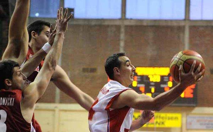 Nezadovoljni Nikolić čestitao igračima na pobedi