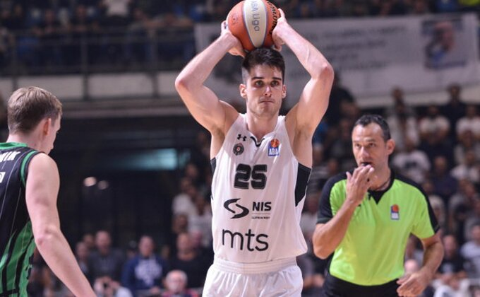 Poluvreme - Partizan vodi, ali brine povreda najefikasnijeg igrača, Trinkijeri ''grmeo'' na sudije!