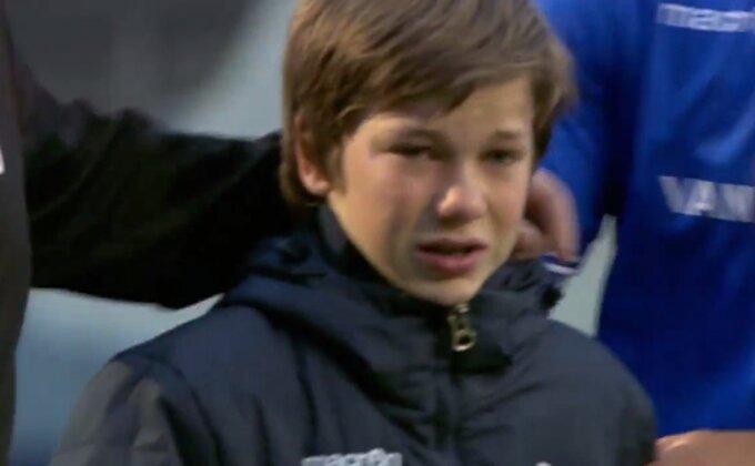 SRAMOTNA SCENA - Dečak u suzama napustio teren zbog navijača...