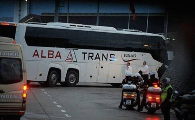 Ovako su Albanci zasuli autobus kamenicama!
