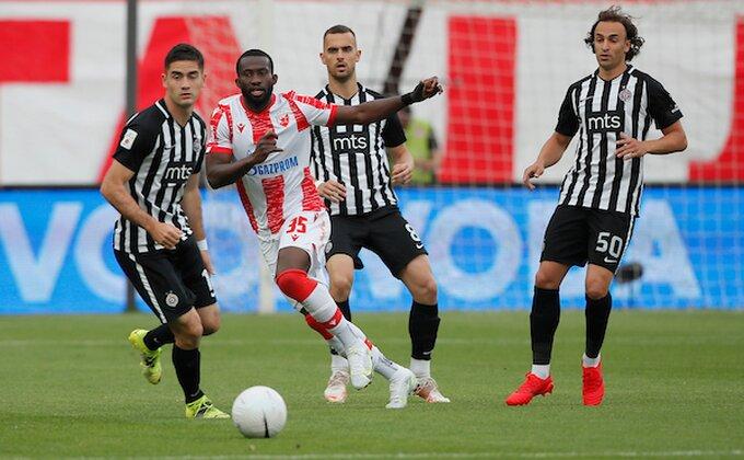Fudbaleri Partizana i Zvezde u posebim majicama izlaze na teren